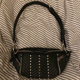 Säljer denna väska från zara😍 den är använd men absolut i bra skick!
