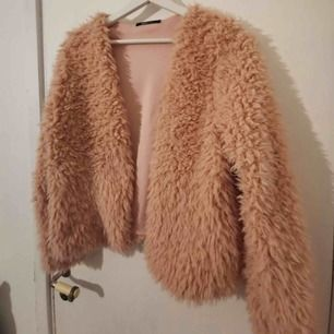 En snygg rosa jacka som funkar som jacka eller kofta. Köpt på Ginatricot och är i storlek M. Nyskick