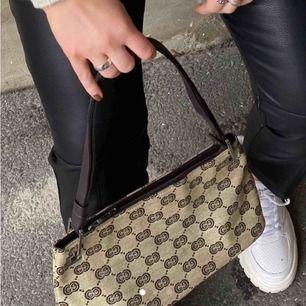 Superfin väska som jag köpt här på Plick!💛 Fint skick, skriv för fler bilder och info :) Fraktar eller möts upp i Göteborg 💛