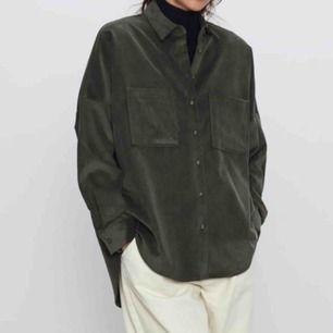 Säljer denna snygga manchester skjorta från zara pga ingen användning längre. As snyggt att ha öppen över en outfit. Kan mötas upp i stockholm eller frakta💚