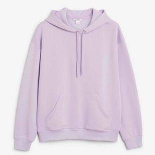 Superfin lila hoodie från Monki. Frakt tillkommer