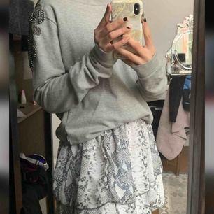 Hej⭐️  Säljer denna as coola sweatshirt med detaljer på axlarna!! Säljer pågrund av att jag inte använder den längre. Passar Xs/S❣️