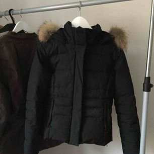 Woolrich Jacka Svart storlek XS kan även passa S i mycket fint skick! Inköpt i Sturegallerian för ca 5000kr  Sitter väldigt fint på samt är väldigt varm och fin. Säljes då den tyvärr blivit förliten!