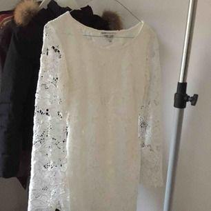 Ny klänning från Dry Lake endast använd vid min student! Nypris 1200kr sitter mycket fint på! Storlek XS passar 34-38.