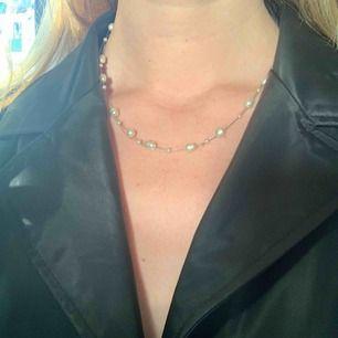 Vintage halsband med små pärlor på. Frakt ingår i priset