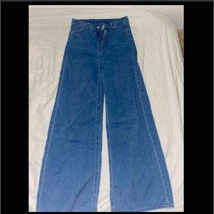 Köpte dessa ursnygga jeans på plick. Tyvärr var de lite för små och måste därför sälj de vidare. Står ingen storlek men skulle säga att det är xs! Passar längderna 160-165. Jag är 165 och de satt bra i längden! Frakt tillkommer.