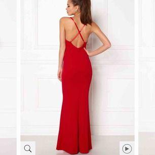 Världens finaste långklänning. Väldigt enkel i modellen men supersnygg. Passar till lite vad som helst, bröllop eller bal osv. Endast provad Storlek M men passar även dig som är lite mindre då den går att justera samt är stretchig.