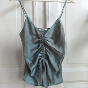 Jätrefint linne i satin från NAKD. Mer mintgrön färg i verkligheten. Säljer pga för liten för mig. Frakt på 22 kr tillkommer.