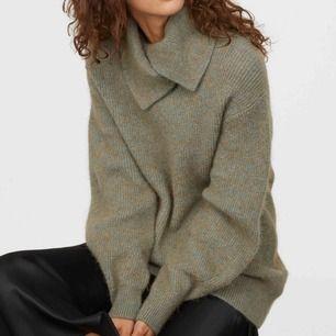 Helt oanvänd tröja från HM trend i stl S.  Alpacka- och ullblandning, nypris 599kr.  Avhämtning kan ske i Stockholm eller skickar via PostNord.