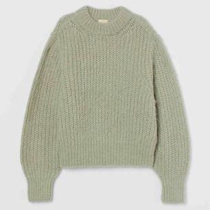 Tröja från HM trend i stl S. Alpacka- och ullblandning i mintgrön färg, helt oanvänd. Nypriset är 599kr.  Avhämtning kan ske i Stockholm eller skickar via postnord.