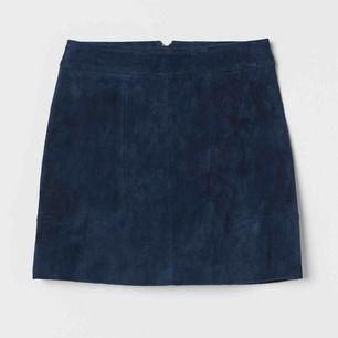 Mörkblå kjol i mocka från HM trend. Stl 36, nypris 599kr. Avhämtning i Stockholm eller skickar via postnord.