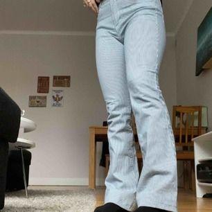 Jätte coola bootcut byxor från pull and bear. Dom är vit och blå randiga. Fräscha nu till våren!! Frakten tillkommer och priset kan diskuteras!