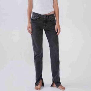 Säljer ett par grå Zara-jeans med slits i storlek 38. Sparsamt använda, älskar dem men kan tyvärr inte ta bilder med dem på då de är för stora men passformen när de sitter rätt är precis som på bilderna och de är normala i storleken. Helt slutsålda!