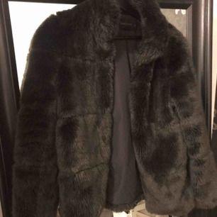 Mörkbrun faux fur pälsjacka, ena haken är borta, se sista bilden. Fraktkostnad tillkommer