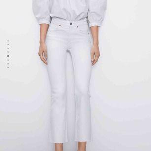 Vita jeans från Zara, samma som på bilden.
