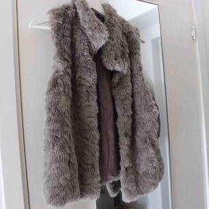 Knappt använd faux fur pälsväst. Storlek 13/14 år 164cm som XS eller S. Fraktkostnad tillkommer