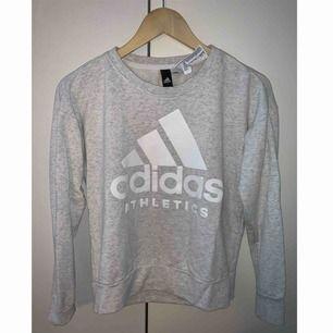 En snygg Adidas tröja!  Skicket är som ny, använd 1-2 ggr.
