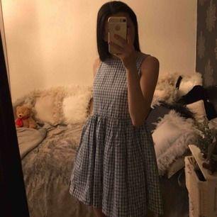 Ny (tags kvar) klänning från Ralph Laurens barnavdelning storlek 12 år, passar bra för någon med xxs och som är Max 155 kanske? Små blommor på ☺️Fraktkostnad tillkommer
