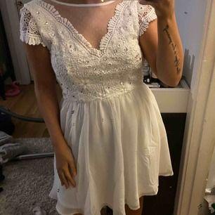 Vit jätte söt klänning från Nelly.com, helt oanvänd då jag hittade en annan klänning jag hade på min stundent för två år sedan! Perfekt till student eller skolavslutning! Klänningen är inte smutsig på första bilden, det är spegeln! Frakt 59