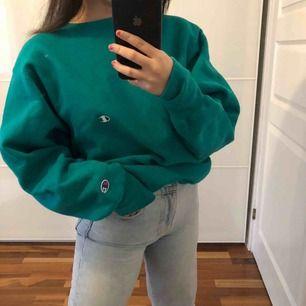 Champion sweatshirt i en mörk grön/blå färg. Unisex och passar XS-L beroende på hur du vill att den ska sitta. Jag som är XS så blir den mer oversize och lite pösigare. Frakt kostar 63kr. Kan även mötas upp i sthlm.