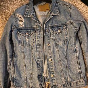 Oversize jeans jacka med slitningar, riktigt snygg! Storlek 34, frakt tillkommer
