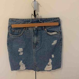 Jeanskjol från hm med slitningar. Säljs pga att den är alldeles för liten för mig som normalt är en S. Köparen står för frakten.