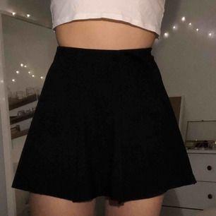 Svart kjol från Brandy Melville, köparen står för frakten :)