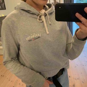 Fin grå hoodie från Lexington som inte kommer inte till användning. Köpt på Barkarby outlet för ca 450 kr. Köparen står för frakten.