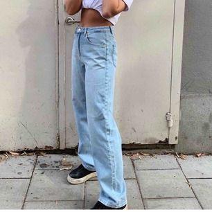 Blåa vida/raka jeans från Emilie Briting x NAKD i superfint skick. Storlek 34, normala i storleken. Lånade bilder från @mollymalhotras samt förra ägaren då de var för små för mig. Passar någon som är ca 165-170.
