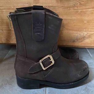 Snygga boots som i stort sett nya, använd dom 3 gånger kortare stund, säljer då dom inte passar mina fötter! Från urban project