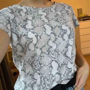 Basic tröja från HM med ormskinns mönster. Köpt för 79 kr. Köparen står för frakten.