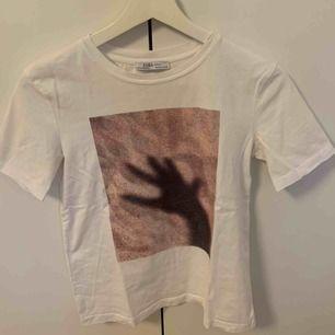 Skitsnygg tröja från Zara som tyvärr är för liten för mig. Den är i stl S men skulle säga att den är en XS. Köparen står för frakten
