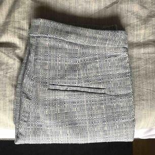 Kostymbyxa hm. Blå och vita.