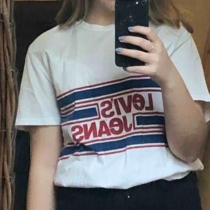 Snygg T-shirt från Levis! S i killstolek, passar typ alla beroende på hur man vill att den ska sitta :)  Köparen står för frakten 🥰
