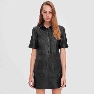 Super fin Läder klänning från zara! Använd några gånger men som ny i skick, ser likadan ut som på bilden.