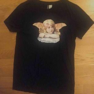 Svart t-shirt med tryck, svart på baksidan.
