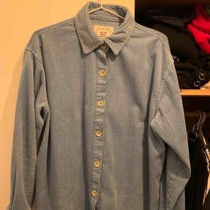 Skjorta ifrån Pull & Bear. Använd endast en gång, så gott som ny. Finns att hämta i spånga alternativt mötes upp vid Östermalmstorg