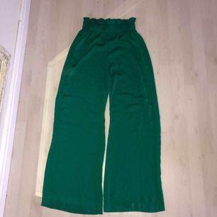 fina gröna utsvängda byxor från Mango, använt skick