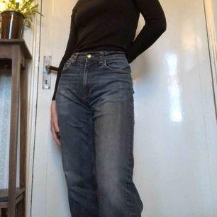 jeans från gant, köpta på second hand men har själv aldrig använt pga att de är för stora, se bild 2🖤 storlek W31 L32 i herrstorlek, men passar ungefär som M pris 120kr + frakt, pris kan diskuteras🖤