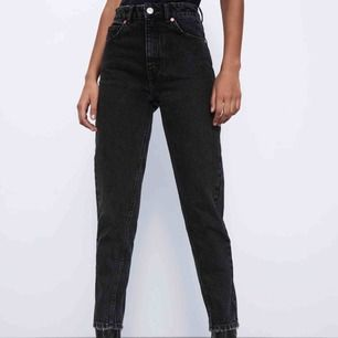 Supersnygga mom jeans ifrån zara. Sparsamt andvända. Har i både storlek 34 och 36. Säljer då de är för korta på mig som är 175cm lång