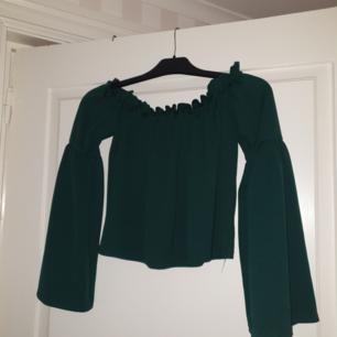 En grön off shoulder blus (mörkgrön) I mycket bra skick  Tar endast swish och köparen står för frakt