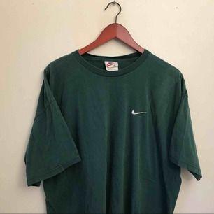 supercool BLÅ (inte grön men samma modell som första bilden) vintage nike t-shirt med svart märke strlk M så sitter sjukt snyggt oversized