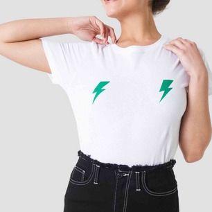 såå fin tröja från NAKD men gröna blixtar strlk XS men passar även S säljer pga används inte längre