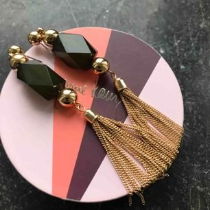 Fina örhängen med guld och grönt 💛