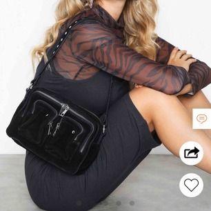 Nunoo Ellie New Suede,  Säljer min nunoo väska i mocka❤️ använd men inget som syns så mycket bra skick!   Köpte den för ca ett halvår sedan för 1400kr på Nelly och säljer den för 900 men priset kan diskuteras!!