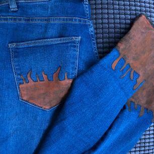Ett par handmålade tajta vanliga jeans!! Skit snygga men tyvärr för små för mig. Målat dem själva ☺️ Storlek 36 men skulle funka på en 34 då de är strechiga.