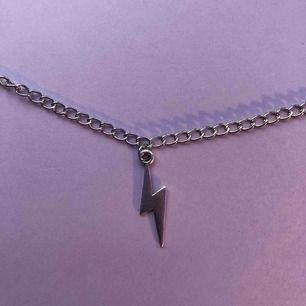 Säljer detta handgjorda halsband med en blixt på. Du får själv bestämma längden på halsbandet. Köparen betalar frakten som ligger på 11 kr. 🦋