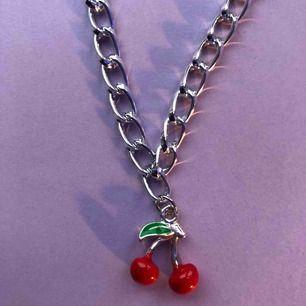 Säljer detta halsband med ett körsbär på, köparen får välja längd på halsbandet. Frakten ligger på 11 kr.🦋