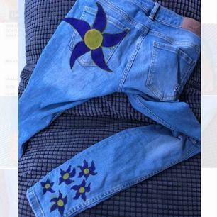 Ett par handmålade mom jeans från Ginatricot! Storlek 36 men passar helt klart på en 34 också!! Jeansen hade hål vid köp så de var ej egen gjorda