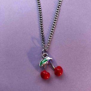 Säljer detta halsbandet med en lite tunnare kedja, köparen får själv bestämma längden på halsbandet. Frakten ligger på 11 kr.💖💕🦋